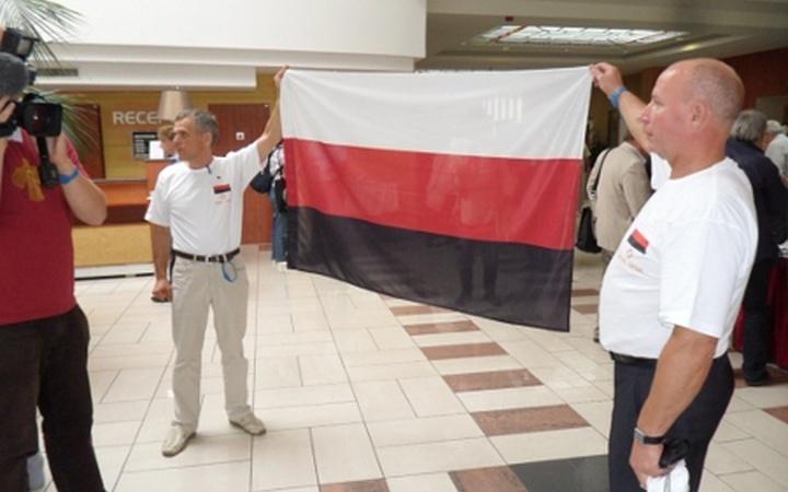 Сиресь Боляєнь та Ерюш Вежай пікетують VІ З'їзд Всесвітнього конгресу фіно-угорських народів, що проходив з 5 по 7 вересня 2012 р. в угорському місті Шиофокю.